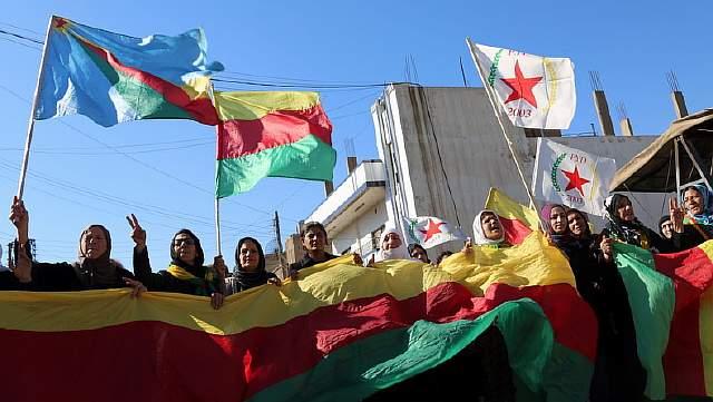 Активисты с флагами партии «Демократический союз» протестуют против исключения сирийских курдов из числа участников женевских мирных переговоров по сирийскому урегулированию