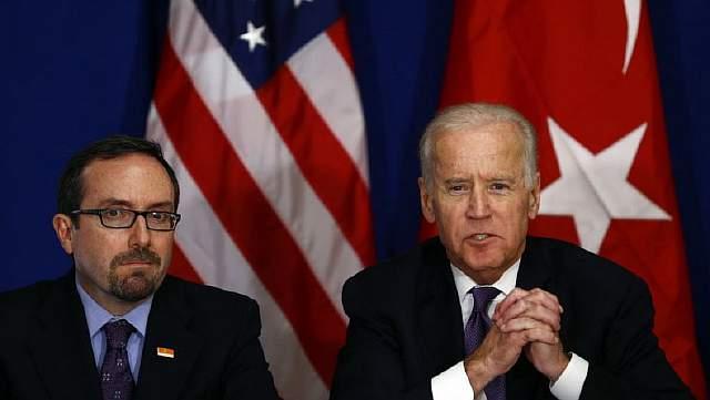 Вице-президент США Джо Байден и американский посол в Турции Джон Басс во время встречи с представителями общественности в Стамбуле