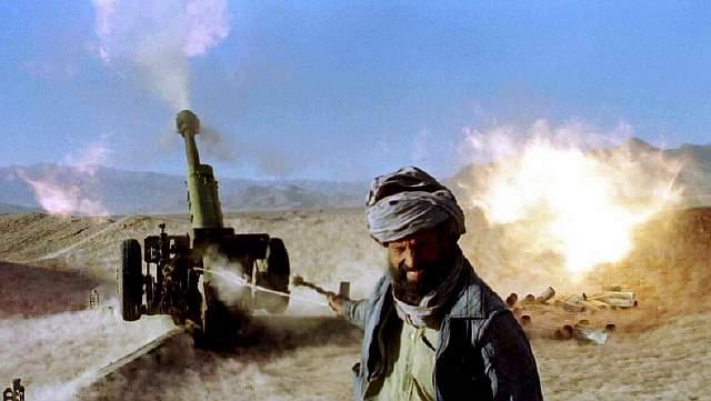 Боец Талибана ведёт огонь из советского 120-мм орудия примерно в 20 километрах к северу от афганской столицы, 24 ноября 1996 года