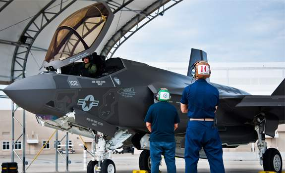 f-35-maintenance-workers_575