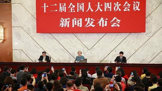 Подпись к изображению: Представитель пресс-службы Всекитайского собрания народных представителей Фу Ин отвечает на вопросы в ходе пресс-конференции в Пекине, 4 марта 2011 года