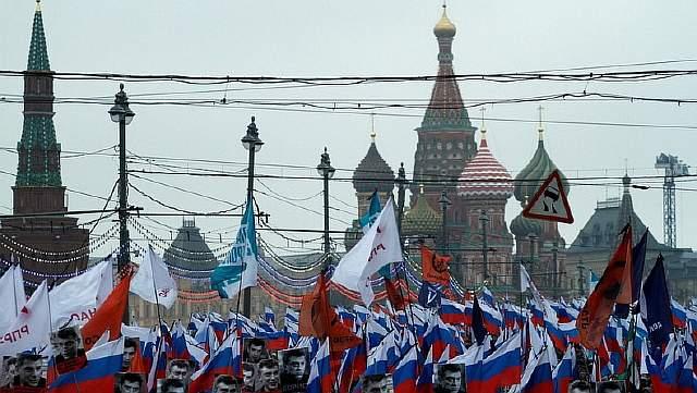 Подпись к изображению: Сторонники российской оппозиции принимают участие в марше памяти критика Кремля Бориса Немцова, убитого в центре Москвы 1 марта 2015 года