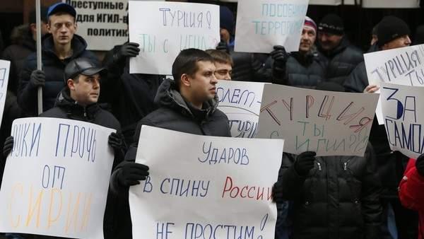 Подпись к изображению: Участники акции протеста у турецкого посольства в Москве после инцидента со сбитым российским бомбардировщиком, ноябрь 2015 года