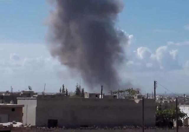 Подпись к изображению: На снимке, предположительно, населенный пункт в Сирии во время российского авиаудара