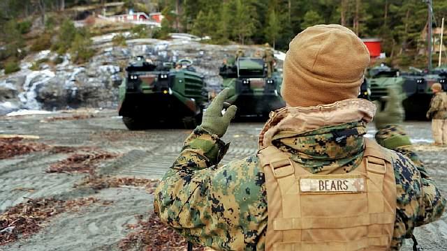 Подпись к изображению: Гусеничные десантные машины-амфибии Корпуса морской пехоты США во время построения на площадке фьорда Трондхейм, Норвегия, 9 января 2016 года