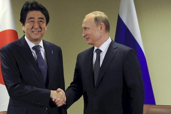 Подпись к изображению: японский премьер-министр Синдзо Абэ и российский президент Владимир Путин на Генассамблее ООН в Нью-Йорке, 28 сентября 2015 года