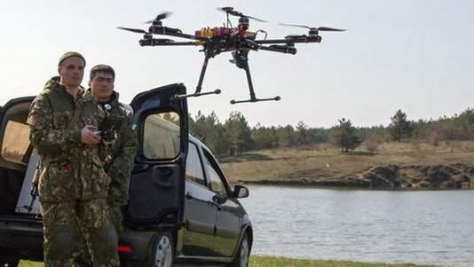 Военнослужащие украинской армии практикуются с дроном во время учений в Мариуполе, Украина