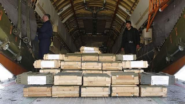 Подпись к изображению: Ящики с боеприпасами в грузовом отсеке российского самолета. Международный аэропорт Кабула, 24 февраля 2016 года. Афганские власти получили в подарок от России груз с 10 тысячами единиц автоматического оружия и большим количеством боеприпасов