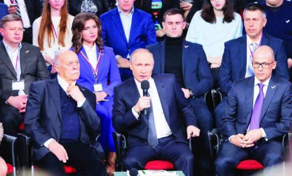 Подпись к изображению: Президент России Владимир Путин выступает в ходе медиа-форума Всероссийского народного фронта в Санкт-Петербурге