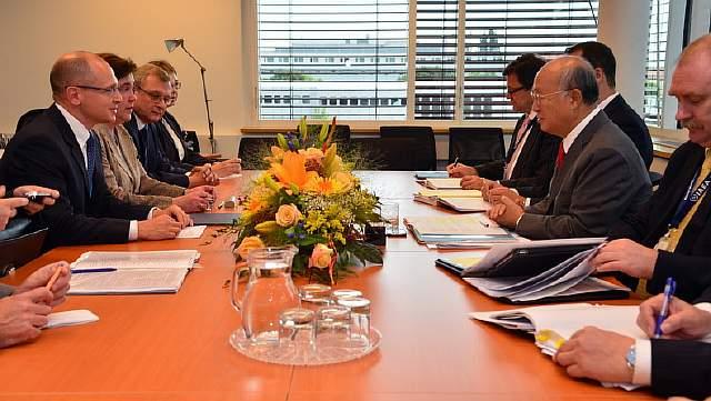 Подпись к изображению: Встреча между генеральным директором корпорации «Росатом» Сергеем Кириенко и генеральным директором Международного агентства по атомной энергии Юкия Амано, 2013 год