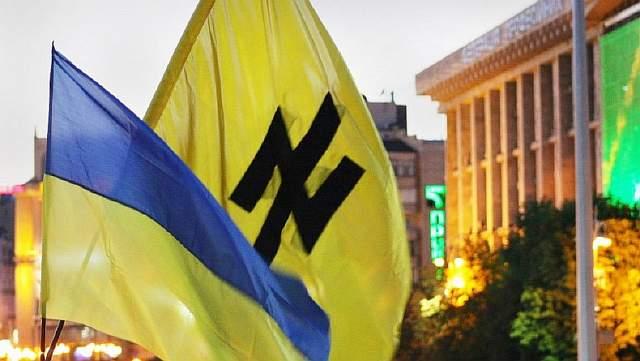 Подпись к изображению: Флаг с неонацистской символикой на улице одного из украинских городов