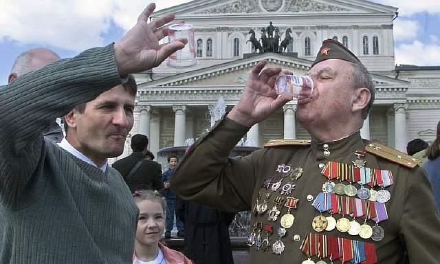 подпись к изображению: Празднование русскими Дня Победы в 2001 году – 15 лет спустя стереотипы о России все еще сильны.