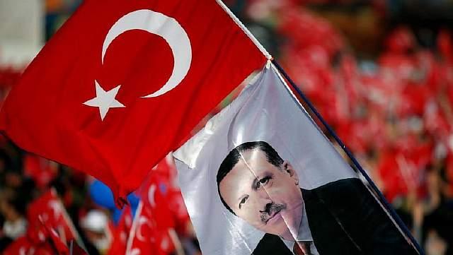 Подпись к изображению: Люди размахивают национальными флагами и портретами турецкого президента Реджепа Тайипа Эрдогана во время торжеств по случаю 563 годовщины завоевания османами Константинополя (ныне – Стамбула), 29 мая 2016 года