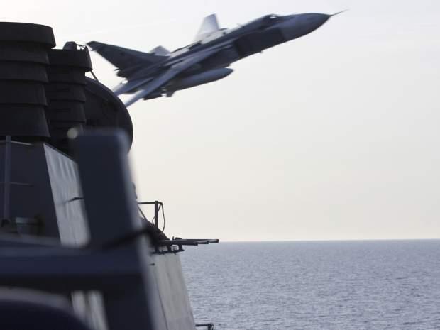 Подпись к изображению: Российский тактический бомбардировщик Су-24 совершает облет на опасно близком расстоянии американского ракетного эсминца USS Donald Cook в балтийском море, 12 апреля 2016 года