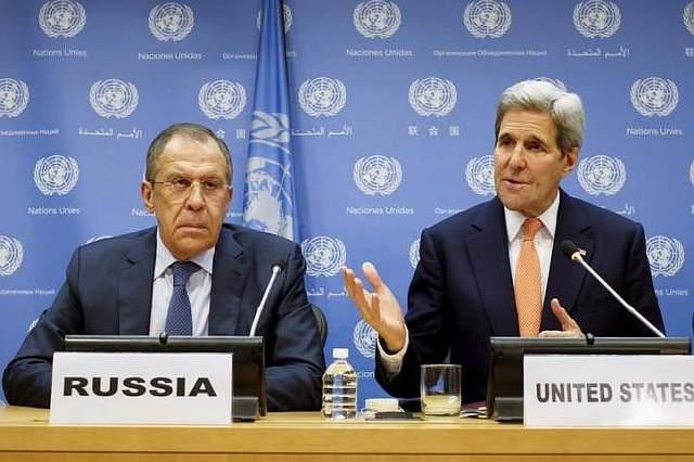 подпись к изображению: Министр иностранных дел России Сергей Лавров  слушает речь Госсекретаря США  Джона Керри во время пресс-конференции в штаб-квартире ООН на Манхэттене, Нью-Йорк, 18 декабря 2015 года