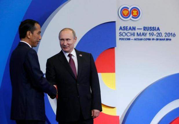 Russian President Vladimir Putin shakes hands with his Indonesian counterpart Joko Widodo during a welcoming ceremony for heads of the delegations at the Russia-ASEAN summit in Sochi, Russia, May 20, 2016. REUTERS/Sergei Karpukhin