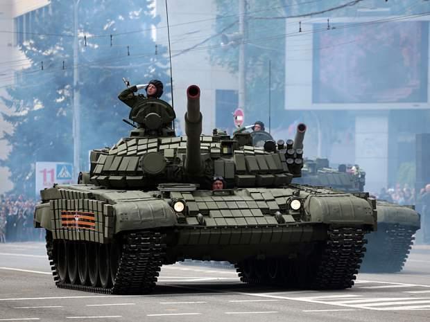 Подпись к изображению: Танки пророссийских сепаратистов участвуют в параде Победы в Донецке, 9 мая 2016 года