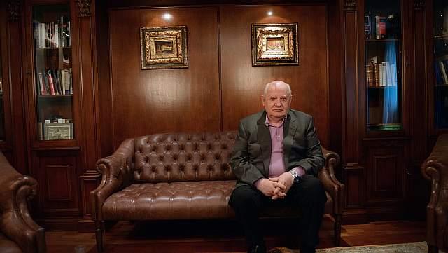 Подпись к изображению: Михаил Сергеевич Горбачев в своем кабинете в Москве
