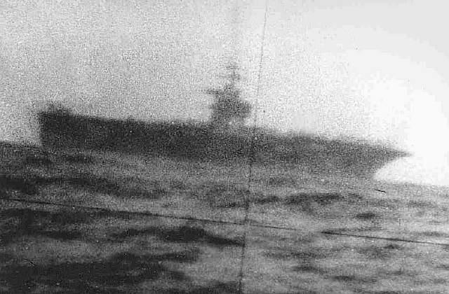 Авианосец ВМС США, видимый через советский перископ, 1974 год. Фото ВМС России