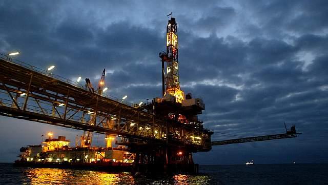 Подпись к изображению: Плавучая нефтяная платформа французской транснациональной корпорации «Total» у побережья Анголы