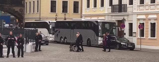 Престарелый Генри Киссинджер со своим помощником, катящим кресло-каталку на встрече Бильдербергской группы 2016 в Taschenbergpalais Hotel, Германия