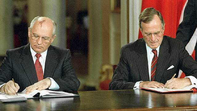 Советский президент Михаил Горбачёв и американский президент Джордж Буш старший