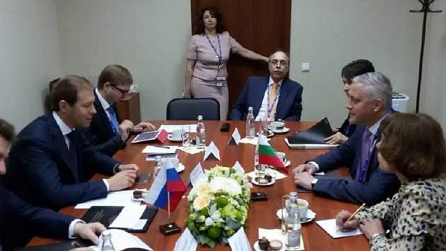 Подпись к изображению: Министр экономики Болгарии Божидар Лукарский (второй справа) и министр торговли и промышленности России Денис Мантуров (второй слева)