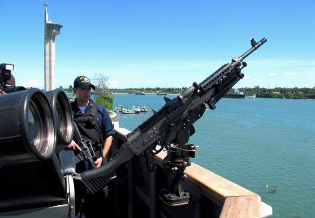 A machine gun is mounted on U.S. Destroyer USS Momsen (DDG92) as it docks in the Indian Ocean in Mombasa, May 7, 2008.  REUTERS/Joseph Okanga/File Photo