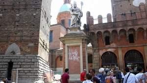 Культурное обогащение: мусульманин громит шведскую церковь, итальянский святой расписан граффити «Аллах Акбар»