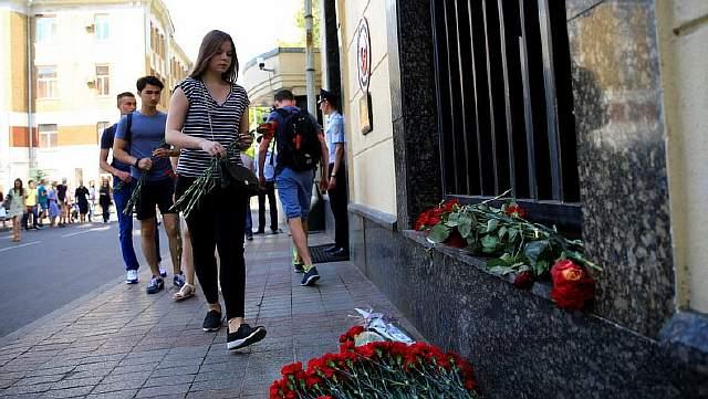 Жители Москвы возлагают цветы к турецкому посольству после терактов в стамбульском аэропорту