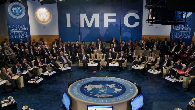 Подпись к изображению: Директор МВФ Кристин Лагард выступает в ходе церемонии, посвященной 40-летию Международного валютного и финансового комитета в штаб-квартире МВФ в Вашингтоне, 20 апреля 2013 года