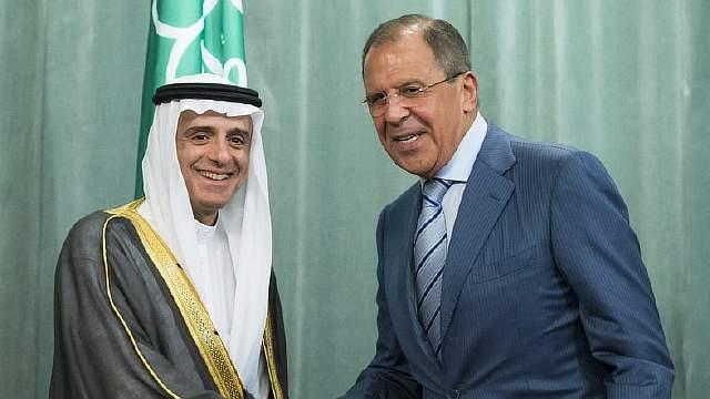 Подпись к изображению: Российский министр иностранных дел Сергей Лавров и министр иностранных дел Саудовской Аравии Адель ибн Ахмед аль-Джубейр пожимают друг другу руки после пресс-конференции летом 2015 года