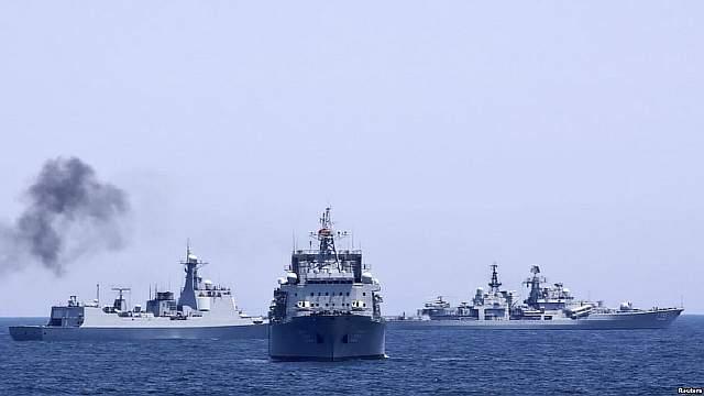 Подпись к изображению: Китайские и российские военные корабли во время совместных военно-морских учений 2014 года, район Южно-Китайского моря близ Шанхая