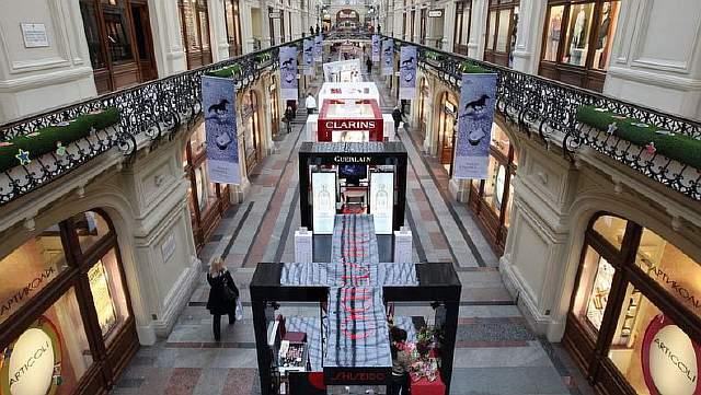 Подпись к изображению: Покупатели проходят мимо элитных торговых секций в московском ГУМе