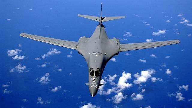 Подпись к изображению: Американский сверхзвуковой стратегический бомбардировщик с крылом изменяемой стреловидности B-1B Lancer в небе над Тихим океаном
