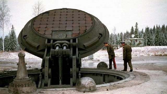 Подпись к изображению: Высокопоставленные российские офицеры заглядывают внутрь открытой шахты межконтинентальной баллистической ракеты Тополь-М