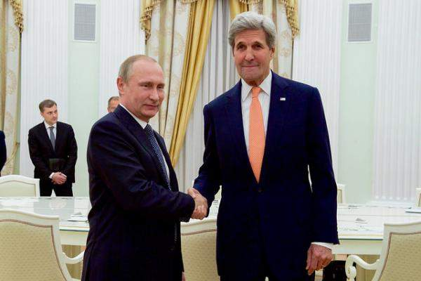 Подпись к изображению: Госсекретарь США Джон Керри пожимает руку Владимиру Путину в кремлевском зале для приемов перед началом двусторонней встречи 14 июля 2016 года