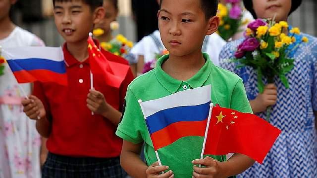 Дети с российским и китайским флагами на церемонии приветствия президента России Путина в Пекине в июне 2016 года.