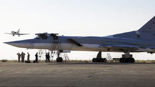Подпись к изображению: Российский бомбардировщик Ту-22 стоит на взлетной полосе авиабазы Хамадан, Иран, 15 августа 2016 года