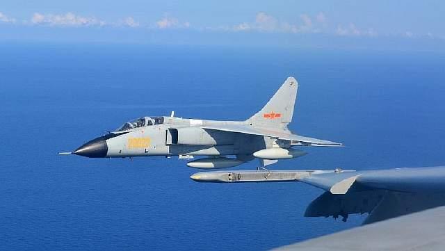 Подпись к изображению: Истребитель китайских ВВС JH-7 принимает участие в совместных китайско-российских военно-морских учениях, 24 августа 2015 года