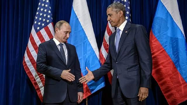 Подпись к изображению: Российский президент Владимир Путин и президент США Барак Обама пожимают друг другу руки перед началом двусторонней встречи в штаб-квартире ООН в Нью-Йорке, 28 сентября 2015 года