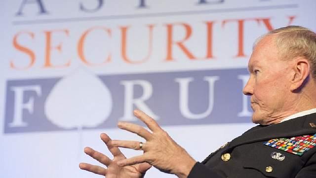 Подпись к изображению: Председатель Объединенного комитета начальников штабов Армии США  генерал Мартин Демпси выступает во время форума по проблемам безопасности в городе Аспен, штат Колорадо, 24 июля 2014 года