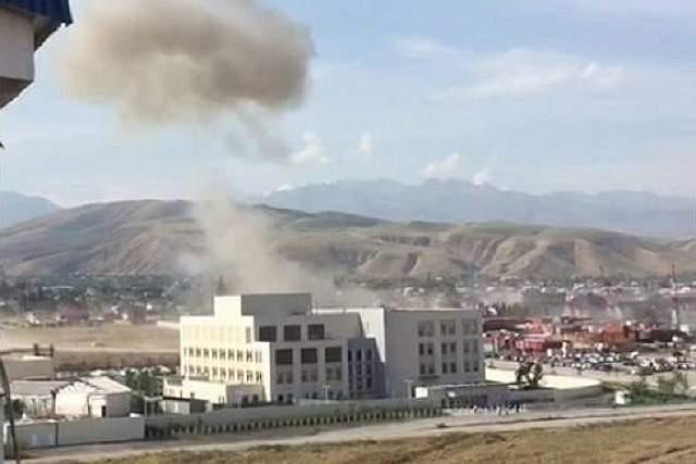 Подпись к изображению: Кадр из любительского видео, на котором виден момент взрыва у ворот китайского посольства  в Бишкеке