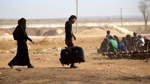Подпись к изображению: Гражданские лица, которым удалось бежать из захваченных ДАИШ районов, собираются на блокпосту в северном сирийском городе аль-Раи, находящемся под контролем повстанцев