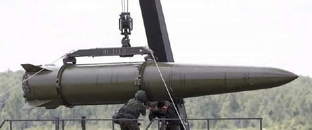 Подпись к изображению: Российские военнослужащие устанавливают тактическую ракету «Искандер» в ходе военно-технического форума «Армия-2015» в Кубинке