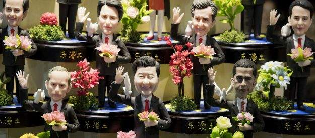 Подпись к изображению: Глиняные фигурки на прилавке магазина в Ханчжоу в провинции восточного Китая Чжэцзян изображают Путина, Си Цзиньпина и Обаму среди других государственных лидеров, участвующих в саммите G20