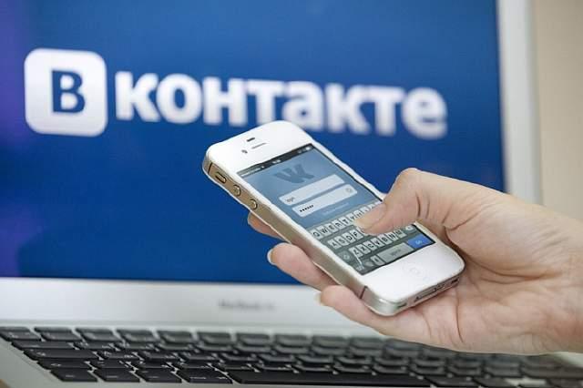 Человек использует мобильное устройство для входа в социальную сеть Вконтакте.