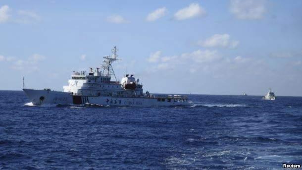 Подпись к изображению: Китайские корабли преследуют вьетнамские в десяти морских милях от китайских буровых вышек в Южно-Китайском море, 15 июля 2014 года