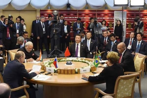 Подпись к изображению: Пять лидеров стран БРИКС встретились в Уфе 9 июля 2015 года