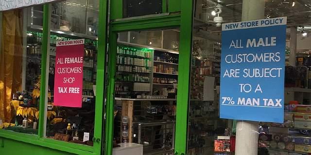 Подпись к изображению: Аптека в районе Сохо «Thompson Chemists» теперь взымает с клиентов-мужчин дополнительный 7-процентный налог